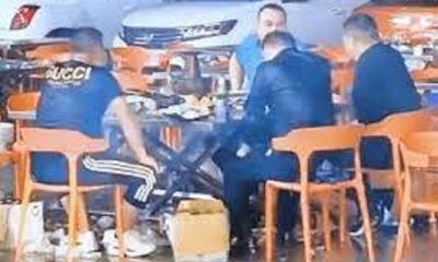 """Tin tức đời sống ngày 12/5: Lạ đời 4 người đàn ông ngồi ăn lẩu dưới trời mưa """"như trút nước"""""""