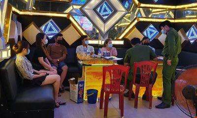 Hát karaoke bất chấp lệnh cấm, chủ quán và 6 người khách cùng bị xử phạt