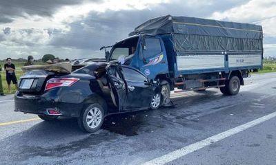 Va chạm kinh hoàng giữa ô tô con và xe tải, 3 người tử vong
