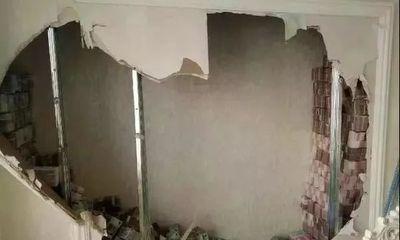 Người phụ nữ đục bức tường lạ ở nhà mới, gọi ngay cảnh sát khi thấy thứ này xếp đống bên trong