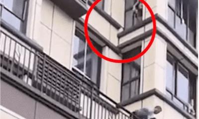 """Nín thở chứng kiến người đàn ông tay không leo lên tầng 3 cứu đứa bé mắc kẹt trong """"biển lửa"""""""