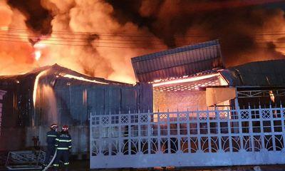 Bình Dương: Kho hàng công ty bốc cháy dữ dội trong đêm
