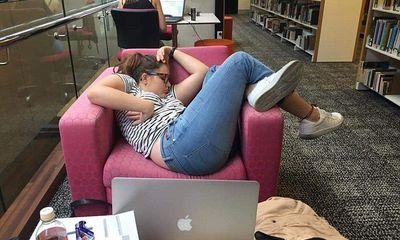 Chuyện học đường - Trót lăn ra ngủ tại thư viện của trường, nữ sinh tỉnh dậy có ngay loạt ảnh chế để đời