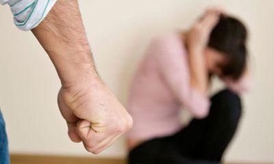 Gia đình - Tình yêu - Nghe tiếng khóc trong phòng ngủ, chồng mở cửa xem rồi đánh vợ tới tấp vì thấy cảnh tượng phẫn nộ