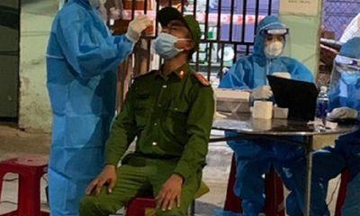 Ngậm ngùi lời kể của chiến sĩ công an được vợ lấy mẫu xét nghiệm COVID-19