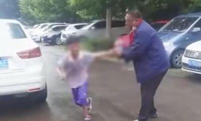 Bố mẹ ly hôn, cậu bé phản ứng dữ dội ngay trước cửa tòa án, ai nhìn thấy cũng quặn lòng