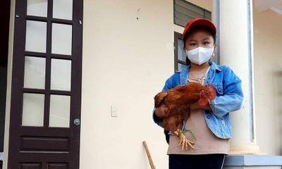 Cảm động bé gái 8 tuổi đạp xe mang gà, gạo và bí đỏ tới ủng hộ khu cách ly
