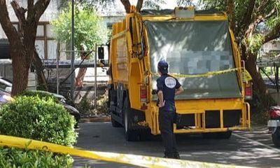 Nhặt túi nilon bị rơi xuống đường, công nhân vệ sinh bủn rủn tay chân khi thấy thứ bên trong