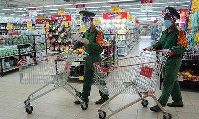 Hình ảnh các chiến sĩ tất bật đi chợ giúp người dân ở TP.HCM