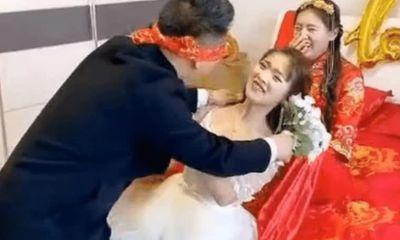 Phù dâu bị chú rể ôm hôn đắm đuối, cô dâu ngồi ngay cạnh lại có thái độ gây ngỡ ngàng