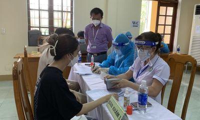 Quảng Bình: Nữ giáo viên tiêm 2 mũi vaccine ngừa COVID-19 chỉ trong 10 phút