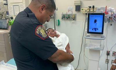"""Bé 1 tháng tuổi bị ném khỏi ban công tầng 2, khoảnh khắc cảnh sát đỡ đứa trẻ khiến ai nấy """"đứng tim"""""""