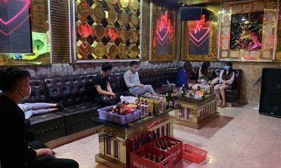 Hát karaoke bất chấp lệnh cấm, chủ quán và 40 khách bị phạt hơn 100 triệu đồng