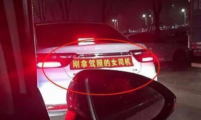 Chủ xe dán băng rôn chỉ viết 8 chữ phía sau ô tô, các tài xế khác nhìn thấy liền tránh vội