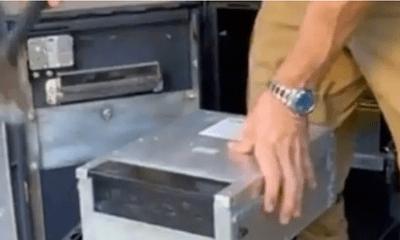 Người đàn ông mua lại chiếc máy ATM cũ, đập ra định bán sắt vụn thì phát hiện thứ gây choáng