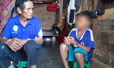 Cách hết chức vụ trong Đảng với hiệu trưởng giữ học bạ của học trò nghèo