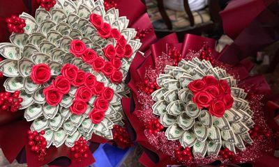 """Chị em """"ngả nghiêng"""" vì những bó hoa kết từ tiền mặt siêu đẹp trong ngày 20/10"""