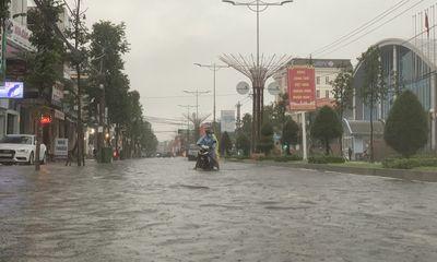 Quảng Ngãi mưa như trút nước, nhiều tuyến đường biến thành sông