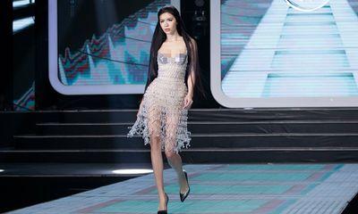 Minh Tú làm vedette khi trở lại sàn diễn, vẫn là nàng thơ của Chung Thanh Phong
