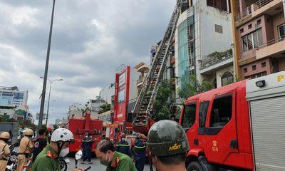 Nhà 5 tầng ở TP.HCM bốc cháy dữ dội, nhiều người hốt hoảng tháo chạy