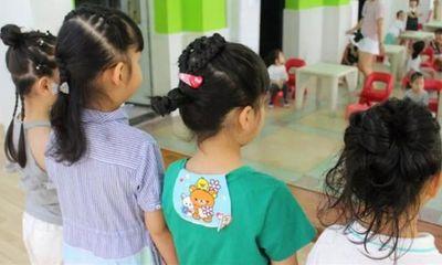 Con gái hào hứng khoe được cô giáo tết tóc, mẹ nhìn thấy lập tức yêu cầu hiệu trưởng đuổi thẳng giáo viên