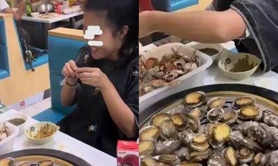 Đi ăn buffet hải sản, cô gái vô tư đánh chén tận 100 con bào ngư, phản ứng khó chịu của ông chủ gây tranh cãi