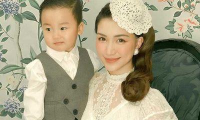 Hòa Minzy công khai ảnh con trai