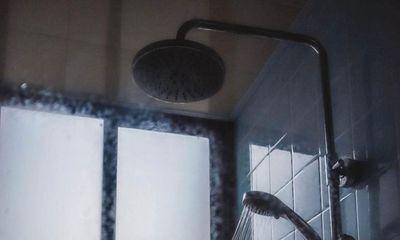 Đang tắm thì phát giác camera, người phụ nữ báo cảnh sát bắt giữ chồng, sau đó có hành động khó hiểu