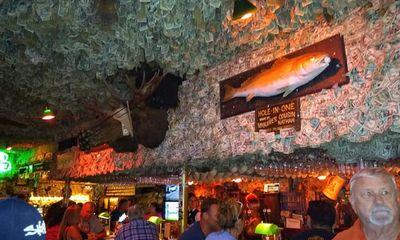 Chủ nhà hàng gây ngỡ ngàng vì dán hơn 4 tỷ tiền mặt lên trần nhà để trang trí