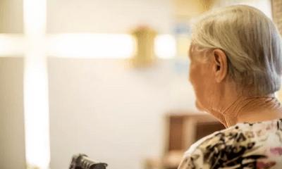 Con trai đi làm không khóa cửa, vô tình khiến mẹ già 80 tuổi trở thành nạn nhân của tội ác kinh hoàng