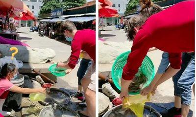 Sợ bị vợ Việt mắng, anh chồng người Nga mang cả đạo cụ đi mua tôm, dân mạng phải thốt lên