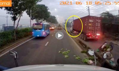 Clip xe container chạy vào làn xe máy, hất văng xe lôi rồi bỏ chạy