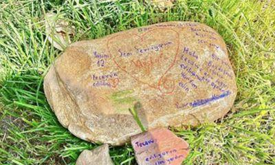 Hòn đá khắc chữ ở công viên