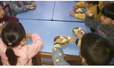 Mẹ phát hiện điều lạ thường trong bức ảnh ăn trưa của con, sau khi chất vấn cô giáo vội yêu cầu chuyển trường