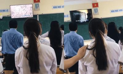 Học trò tặng thầy giáo món quà bất giờ trong tiết học cuối, nhiều người không ngừng rơi nước mắt