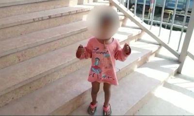 Cảnh sát hỏi han bé gái đứng bơ vơ một mình, ngờ đâu lại là hành động nhanh trí giúp người mẹ thoát cửa tử