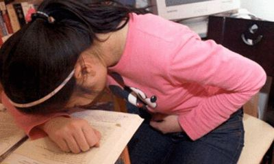 Học sinh 8 tuổi đau bụng và có màu đỏ dưới quần, hành động xử lý của thầy giáo xứng đáng được khen ngợi