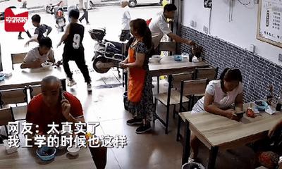Ngồi cùng quán ăn với thầy giáo, 2 học sinh tiểu học có hành động khiến chủ quán cười sặc sụa