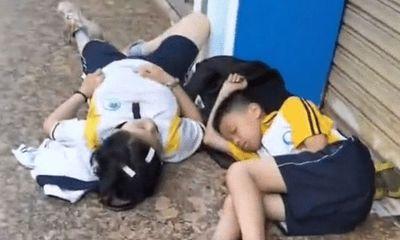 Hai học sinh vật vờ ngủ gật bên vỉa hè từ sáng sớm, nguyên nhân khiến ai nghe xong cũng hết sức tức tối