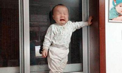 Con trai 3 tuổi luôn miệng nói có cụ già ngoài ban công, bố mẹ hối hận không thôi khi biết nguyên nhân