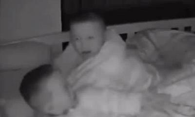 Gia đình - Tình yêu - Em trai khóc nấc lúc nửa đêm, cậu anh 4 tuổi có hành động khiến người mẹ đỏ hoe cả hai mắt
