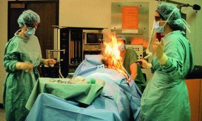 Bệnh nhân đang được phẫu thuật thì bỗng bốc cháy hành động quá khó tin