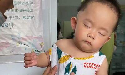 Con gái giả vờ ngủ để không phải tiêm, ông bố nhanh trí lật tẩy