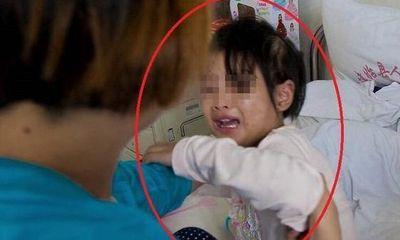Bé gái đang ngủ bỗng khóc lớn, bà nội dỗ dành thì phát hiện sự thật tàn nhẫn, giấu con báo ngay cảnh sát