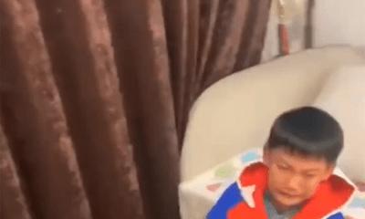 Vừa xong bài tập, cậu bé bỗng la hét ầm ĩ rồi quăng sách vở tứ tung, lý do khiến dân mạng