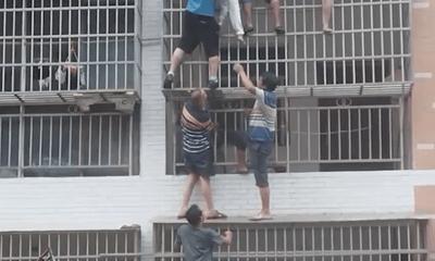 Clip: Nhóm người đàn ông hợp lực giải cứu 2 bé gái mắc kẹt trong căn nhà cháy