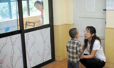 Con trai kể ăn ruồi với chuột ở trường, mẹ tức giận chất vấn cô giáo nhưng câu trả lời khiến chị