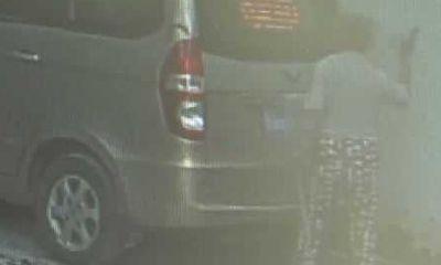 Người đàn ông phẫn nộ phát hiện xe ô tô bị đập phá, camera ghi lại hành động đáng sợ của một cụ bà
