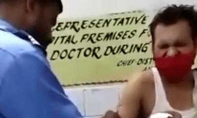 Đợi nửa ngày nhưng không gặp được bác sĩ, người đàn ông nhờ nhân viên bảo vệ tiêm phòng giúp