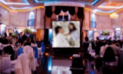 Đang mời rượu quan khách, điều xuất hiện trên màn hình chiếu giữa hôn lễ khiến cô dâu chú rể chết lặng